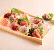 全国各地から直送された、魚介類を木箱の中に美しく並べています。旬の魚介を使うため、鮮魚の種類は替わり、という豪華な盛り合わせです。