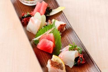 色彩豊かで新鮮な魚介が並ぶ『特選お造り七品盛り』
