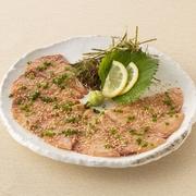 「りゅうきゅう」とは大分の郷土料理で胡麻醤油漬けにしたブリのお刺身です。当店ではオリジナルの練り胡麻で仕上げております。