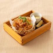 鯛を薄く伸ばして煎餅のようにパリパリに揚げたおつまみ。黒七味の風味がいいアクセントになって いる逸品です。