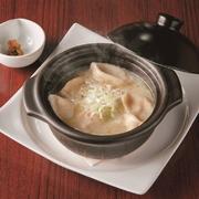 濃厚な鶏がらスープで煮込んだもちもち食感の餃子は食べ応え充分です。