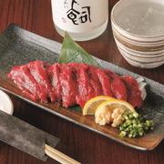 熊本より仕入れる新鮮な馬刺しです。九州の甘口醤油でお召し上がり下さい。