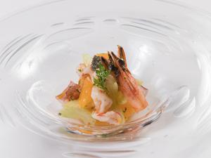 素材の旨味を最大限に引き出した『車エビと島蛸、セロリとオレンジのフーチバ風味マリネ』