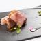 「沖縄イタリアン」とも呼ぶべき珠玉のひと皿『黒糖フレンチトーストの生ハム巻 バルサミコソース』
