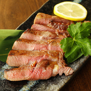 1個200gとボリュームたっぷりのアツアツハンバーグ。ナイフを入れた瞬間、ジューシーな肉汁が溢れ出てきます。フワッとした食感で肉の旨味を堪能できる逸品。