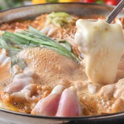 『チーズから辛鍋』が食べ放題!+料理4品と2時間飲み放題が付いて2980円とお得!(金/土/祝前日は+500円)