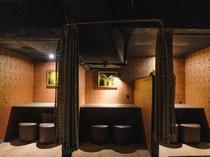カーテンの仕切りがある2人用の個室