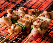 焼き鳥好きの方必見!鶏もも、砂肝、はつ、せせり、レバー5種の部位が食べ放題!+1000円で2時間飲み放題OK!