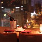 パノラマ夜景を眺めるデート