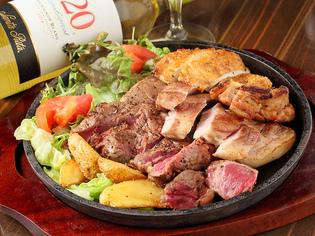 牛・豚・鶏、3種類の肉を食べ比べできる『ミートポークチキン』