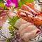 新鮮な旬の魚介類をお造りに。盛り合わせにてご提供