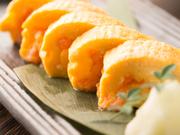 九州の名産品・明太子を巻き込んだ出汁巻き玉子です。明太子は薄皮をとって中身だけを巻いているので、なめらかな食感。注文してから焼いてくれるので、できたてのアツアツをいただけます。