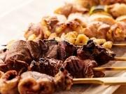 お店で手切りした肉を一本一本丁寧に串打ちし、オリジナルのタレをつけて香ばしく焼き上げてくれる串焼き。継ぎ足しながら使われている秘伝のタレが絶品です。
