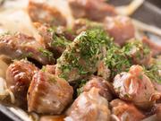 砂肝ならではのコリコリとした食感がやみつきになる炒め物。バターと醤油の豊かな風味が香り立ち、食欲をそそります。お酒のお供におすすめの濃厚な味わい。