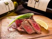見た目は豪快ながらジューシーで柔らかなお肉料理は絶品!国産牛モモ肉のタリアータや若鶏の1ポンドグリルなどは赤ワインと一緒に味わっていただくとよりお肉の味が鮮明に