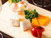 口に運ばれてすぐに広がるクリームな香りと味わいのチーズ料理は、お肉との食べ合わせは最高で、お酒との相性もバッチリ!3種のチーズの盛り合わせや、チーズたっぷりクリームリゾットなどメニューの種類も豊富!