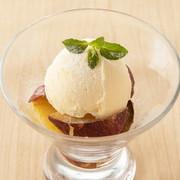 にんにくの効いた味噌ベースの『白もつ鍋』。ロース肉やバラ肉と比べてスタミナ抜群です。追加具材も豊富なので、〆は雑炊やラーメン、うどんなどお好みでどうぞ。 1人前:1290円(税抜)