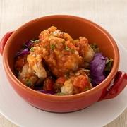 肉厚な白身魚のフリッターにカレー風味の具沢山タルタルソースをディップしてお召し上がりください。