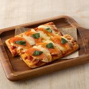 クリームチーズの入った巻物に軽く炙ったサーモン、イクラをのせました。タルタルをお好みで。 4貫:690円(税抜)