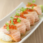 定番メニューを始め、お客様が驚くような意外性のある料理、さらには季節限定料理などをつくります。さらに、『炙りサーモンとイクラの親子ロール寿司』のような、少し遊び心を加えたメニューも忘れません。