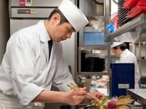 お客様の笑顔を想像しながら、心を込めた料理でおもてなし
