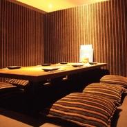 ひっそりとした隠れ家的な個室空間があります。細部にまで気を使ったインテリアや間接照明が温かな空間を演出。静かな空間でいただく美食の数々に、身も心も癒されます。