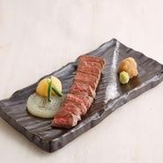 厳選素材、適度にサシの入った旨み溢れる極上肉は、『国産A4和牛赤身肉のステーキ』などでご賞味いただけます。さっぱりとした上品な牛の脂が堪能できる一品です。