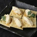 宮崎県産の天日干しいぶり大根をクリームチーズと合わせました。クラッカーにのせてお召し上がりください。  【価格】480円