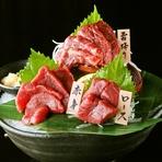 【老舗キンコ-醤油使用】馬刺しは九州の特選甘醤油でお召し上がり下さいませ。 「赤身」はさっぱりして甘みとコクが引き立ちます。 「霜降り」は最上級の肉部位でトロける舌触りをご賞味ください。 「ロース」は