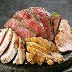 鹿児島のシンボルと呼ばれている桜島の溶岩石から作り出した特製プレートでアツアツのままご提供いたします。 鹿児島の大地で育った『黒豚さつま』、日本一に輝いた『黒牛』、引き締まった身は柔らかくジューシーな
