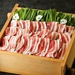鹿児島県産の上質な黒豚と香り高いたっぷりのにら。 大分発祥のにら豚をせいろで蒸し上げることで、余分な脂を落としヘルシーに仕上げました。 特製の九州醤油ベースのたれをたっぷりつけてお召し上がりください。