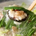 新鮮ぷりぷりの牛ホルモンを使った芋蔵こだわりのもつ鍋を是非ご賞味下さい。 お味はあっさりとした上品な味わいの「塩」、 2種類の味噌を独自配合したコクと甘みの絶妙なハーモニーの「味噌」、 長崎県産飛魚を