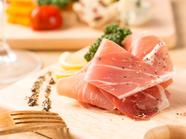 熟成したハムのやわらかな食感と塩味はお酒に最適『ハモンセラーノ』(切り落とし)