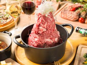 高くそびえ立つ肉の塊がインパクト抜群の『ダッチオーブン一押し肉鍋ビッグマウンテン』
