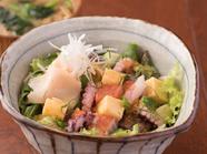 綺麗な色彩でちらし寿司のような『マグロとサーモン、アボカドの海鮮ちらし丼』