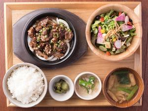 ガッツリお肉を食べても大丈夫『牛カルビ焼き肉と10品目野菜のサラダ定食』