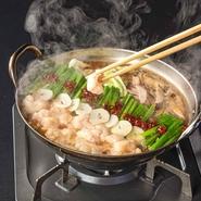 プリプリのコラーゲンたっぷりもつ鍋は、店内手仕込みの「黒毛和牛モツ」を贅沢に使用した逸品!毎日1つ1つ店内で丁寧に仕込みをした「もつ」はまさに絶品。さっと湯通しし、食べやすく絶妙な食感を堪能できます。