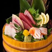 獲れたて鮮魚を豪快に味わう。