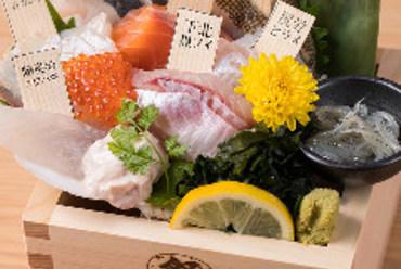 青森の海の幸を堪能できる『青森鮮魚の7種枡盛』