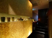 芸術的な陶器が並んだ高級感漂うエントランス