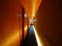 大人の隠れ家に続く細い通路が期待を高める