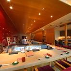 和を基調に、洗練された設えの店内には、広々とした開放感のあるカウンター席と、趣のある完全個室。「料理は五感で味わうもの」という考えを元に、細部にまで気配りが施されています。
