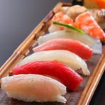 寿司には、全国の港で活躍する漁師から直送される天然の旬魚を使用。自社田園でつくる滋賀県有機米コシヒカリ、日本晴れを調合したオリジナルのシャリでお召し上がりいただきます。