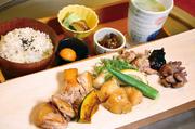 鶏出汁麦飯・小鉢・香の物2種・卵・豆腐・いろいろ鍋野菜・名古屋コーチン(もも・むね・手羽先・つくね)つき