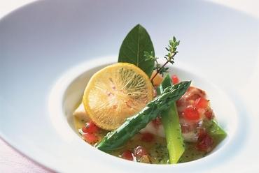 52度でゆっくり柔らかく蒸し焼きにした真鯛 アスパラガスと旬の有機野菜 レモンヴィネガーソース