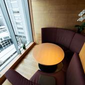 人気の窓際ソファー席は、外の景色を眺めながら食事ができる