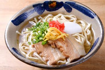 沖縄の代表的料理と言えば、『沖縄そば』。7種ものバリエーションを取り揃え、選ぶのに迷う楽しさも魅力