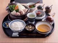 小ぶりのお鍋と小鉢2品、ご飯に香物・デザート付き。ランチタイムをリッチに彩る『濵田屋御膳』。1人前からオーダー可能です。