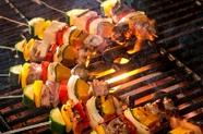 炭火で炙った肉と野菜のプロシェット