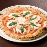 名物の『ロティサリーチキン』が散りばめられた本格ピッツァ。スタッフが専用のピザ窯を使い、一枚一枚丁寧に焼いてくれます。チキンの旨味ととろける濃厚チーズの相性抜群。一度食べたらやみつきになる味わいです。
